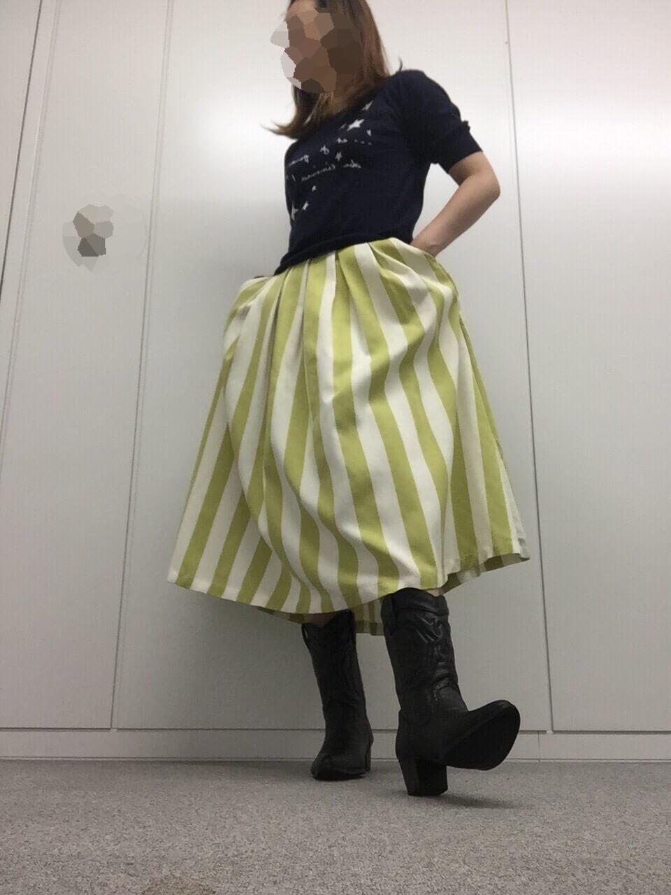 雨の日こそスカートで出かけて、靴で雨対策。